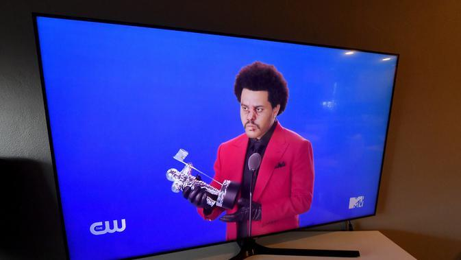 Dalam ilustrasi foto ini, The Weeknd menerima penghargaan Best R&B untuk Blinding Lights, dilihat di laptop, tampil selama siaran MTV Video Music Awards 2020 pada 30 Agustus 2020. (FRAZER HARRISON / GETTY IMAGES NORTH AMERICA / GETTY IMAGES VIA AFP)