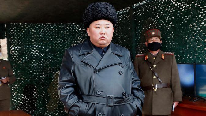 Ekspresi Pemimpin Korea Utara Kim Jong-un saat memantau latihan militer Korea Utara di lokasi yang dirahasiakan pada hari Senin (2/3/2020). Latihan militer digelar ketika perundingan nuklir dengan Amerika Serikat terhenti. (Korean Central News Agency/Korea News Service via AP)