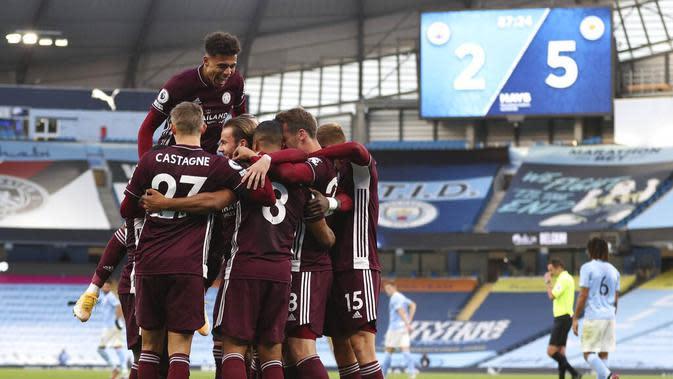 Para pemain Leicester City merayakan gol yang dicetak oleh Youri Tielemans ke gawang Manchester City pada laga Liga Inggris di Stadion Etihad, Senin (28/9/2020). City takluk 2-5 dari Leicester. (Catherine Ivill/Pool via AP)
