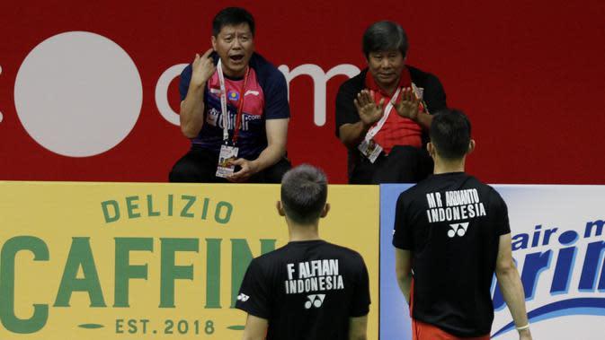Pelatih Ganda Putra Indonesia, Herry IP dan Aryono Miranat, memberikan arahan kepada Fajar Alfian/Muhammad Rian, pada laga Indonesia Masters di Istora, Jakarta, Rabu (15/1/2020). Fajar/Rian menang 21-19, 16-21, dan 21-13. (Bola.com/M Iqbal Ichsan)