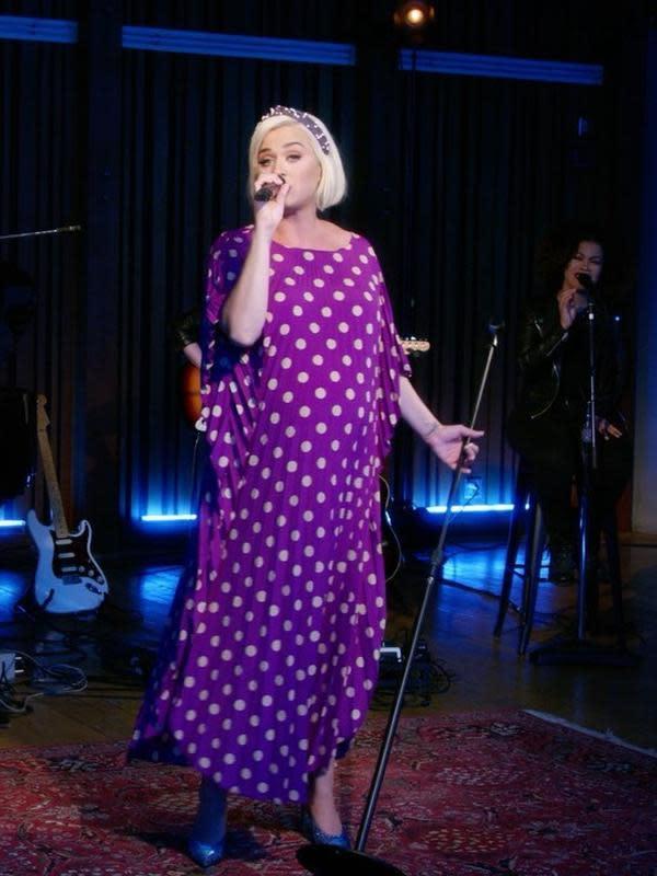 Di kondisi perutnya yang semakin membesar, Katy pun masih terlihat aktif bernyanyi. Terlihat di akun Instagramnya, ia beberapa kali tampil bernyanyi. Seperti di foto ini, ia cantik dengan dress dan hiasan kepala berwarna ungu. (Instagram/katyperry)