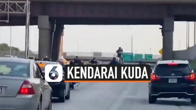 VIDEO: Rekaman Pria Nekat Kendarai Kuda di Jalan Raya