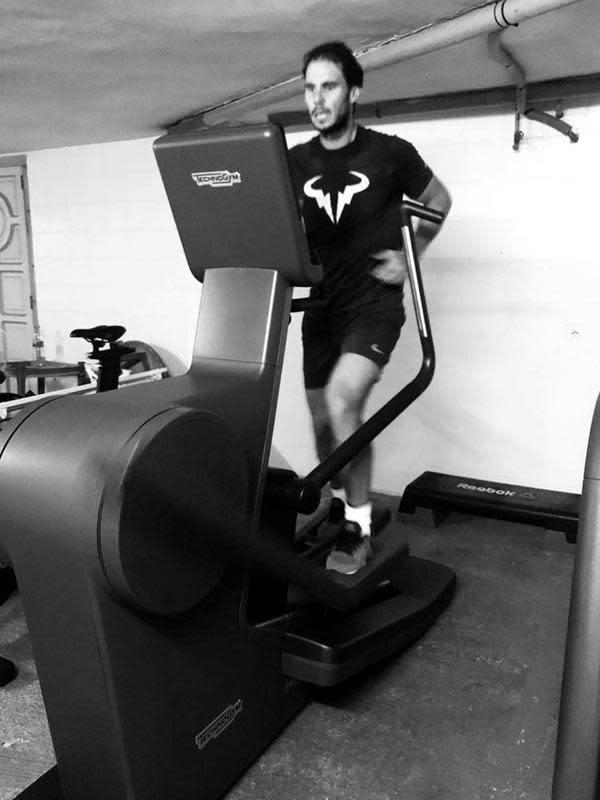 Foto dari akun Twitter bintang tenis Spanyol Rafael Nadal menunjukkan dirinya tengah berolahraga di rumah selama masa karantina wilayah (lockdown) di Spanyol pada 29 Maret 2020. (Xinhua)