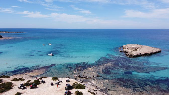 Pemandangan udara menunjukkan Semenanjung Akamas di sepanjang pantai barat Siprus (31/5/2020). Akamas adalah sebuah tanjung di ujung barat laut Siprus dengan luas 230 kilometer persegi. (AFP Photo/Etienne Torbey)