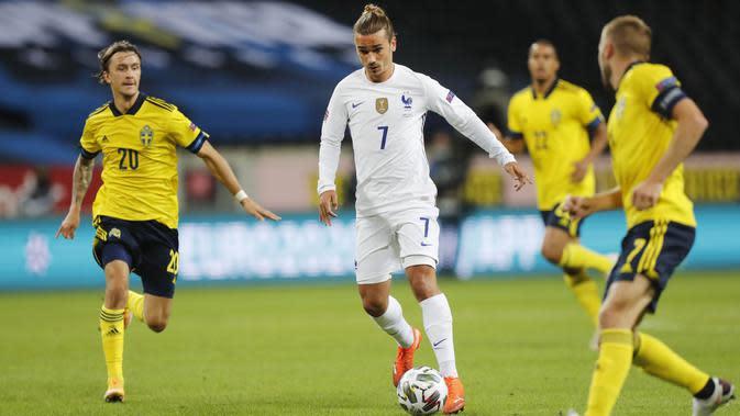 Penyerang Prancis, Antoine Griezmann, menggiring bola saat melawan Swedia pada laga UEFA Nations League di Friends Arena, Minggu (6/9/2020). Prancis menang 1-0 atas Swedia. (Christine Olsson/TT via AP)