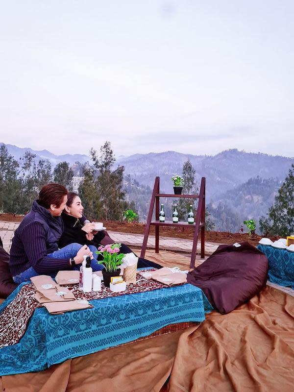 Bukan hanya itu, pasangan suami istri ini juga piknik sambil melihat pemandangan yang indah. Terlihat di foto yang satu ini, Syahrini dan Reino kembali memamerkan kemesraannya di tengah liburan. (Instagram/princessyahrini)