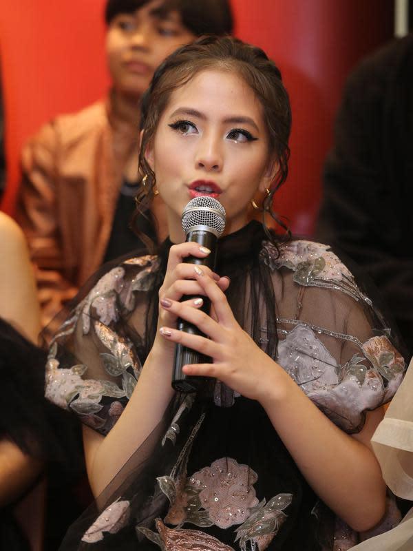 Setelah memutuskan hengkang dari JKT48, Zara fokus berakting. Saat terlibat dalam film garapan sutradara Kimo Stamboel yang ditulis Joko Anwar ia menceritakan pengalamannya menjalani syuting. (Adrian Putra/Fimela.com)
