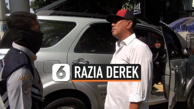 VIDEO: Mobil Diderek Tanpa Peringatan, Pengemudi Ribut dengan Petugas