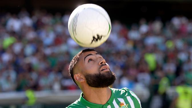 Gelandang asal Prancis, Nabil Fekir mengontrol bola dengan kepalanya selama presentasi resmi dirinya sebagai pemain baru Real Betis di stadion Benito Villamarin di Seville (6/8/2019). Fekir direkrut Betis dengan harga 20 juta euro atau sekitar 312 miliar rupiah. (AFP Photo/Cristina Quicler)