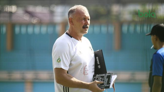 Pelatih Tira Persikabo, Igor Kriuschenko. (Bola.com/Permana Kusumadijaya)