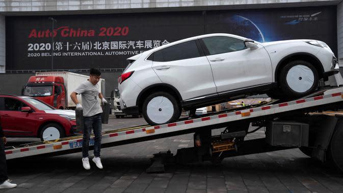 Mobil dikirim untuk pameran Auto China 2020 yang akan digelar di Beijing, Kamis (24/9/2020). Ajang Beijing International Automotive Exhibition 2020 (Auto China 2020) digelar mulai 26 September 2020 - 5 Oktober 2020 mendatang. (AP Photo/Ng Han Guan)