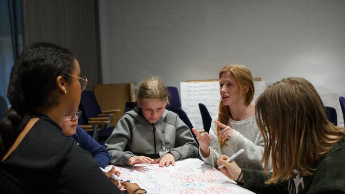 Ilustrasi Berdebat dalam Kelompok Credit: unsplash.com/Edvin