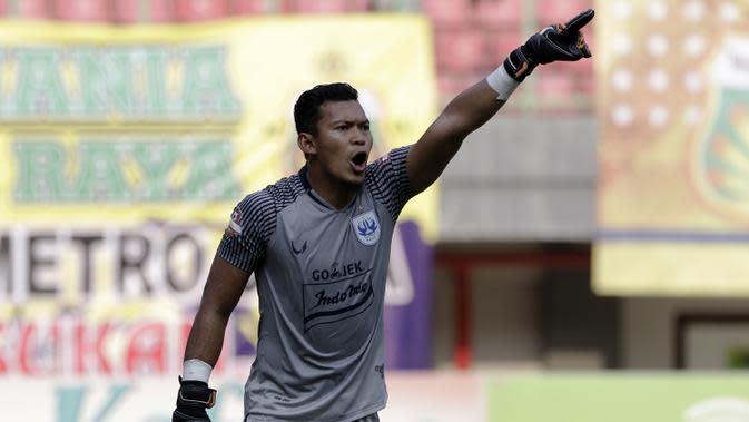 Kiper PSIS Semarang, Joko Ribowo, memberikan arahan kepada rekannya saat menghadapi Bhayangkara FC pada laga Shopee Liga 1 di Stadion Patriot Chandrabhaga, Bekasi, Selasa (20/8). PSIS menahan imbang 0-0 Bhayangkara. (Bola.com/Yoppy Renato)