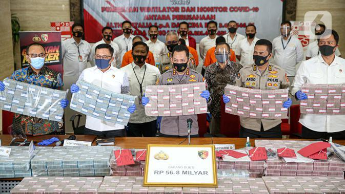 Kabareskrim, Komjen Pol Listyo Sigit Prabowo menunjukkan barang bukti uang saat rilis terkait kasus penipuan sindikat internasional pembelanjaan ventilator covid-19 di Gedung Bareskrim Mabes Polri, Jakarta, Senin (7/9/2020). (Liputan6.com/Faizal Fanani)
