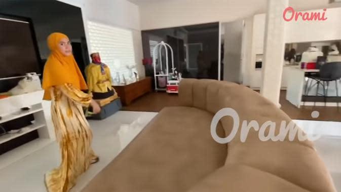 Sofa panjang dan besar membentang di ruang tengah menghadap televisi yang sama-sama besar. (Youtube/Orami Indonesia)