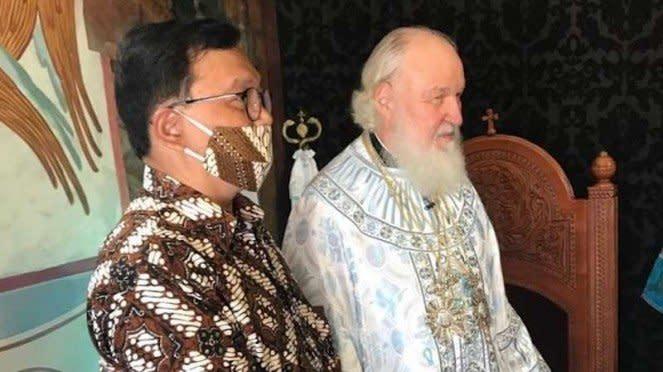 Pemimpin Gereja Ortodoks Rusia Patriarch Kirill (kanan)