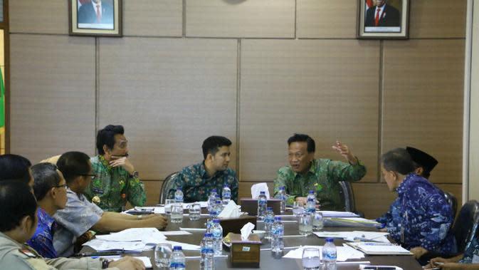 Wakil Gubernur Jawa Timur Emil Elistianto Dardak menemui Bupati Gresik Sambari Halim Radianto dan Wakil Bupati Moh. Qosim serta juga Organisasi Perangkat Daerah (OPD) bahas Tanggul Kali Lamong. (Foto: Liputan6.com/Dian Kurniawan)
