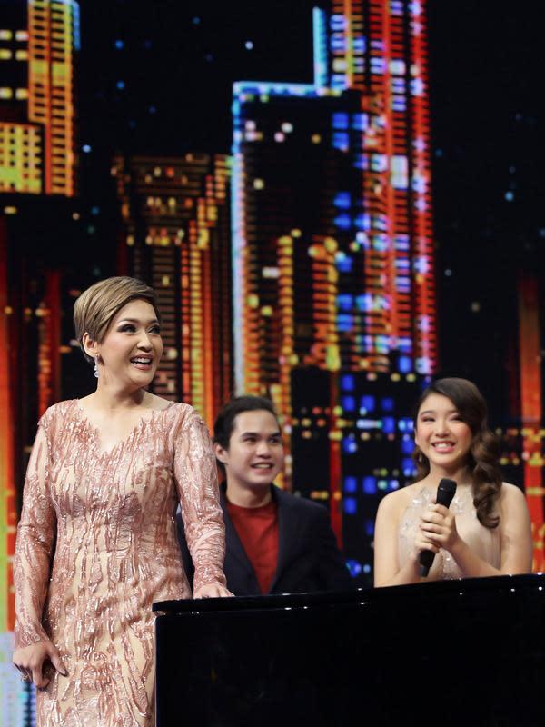 Pada Konser Kemenangan Indonesian Idol Season X, Dul dan Tiara kembali duet di atas panggung. Ya, selama ini, Dul dikabarkan mencintai cewek cantik asal Jember tersebut. (Bambang E Ros/Fimela.com)