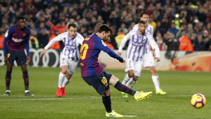 Gelandang Barcelona, Lionel Messi, melakukan eksekusi penalti saat melawan Valladolid pada laga La Liga di Stadion Camp Nou, Barcelona, Sabtu (16/2). Barcelona menang 1-0 atas Valladolid. (AFP/Pau Barrena)