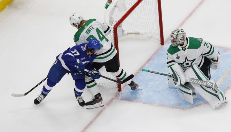 Stars cruise by Lightning in Stanley Cup opener