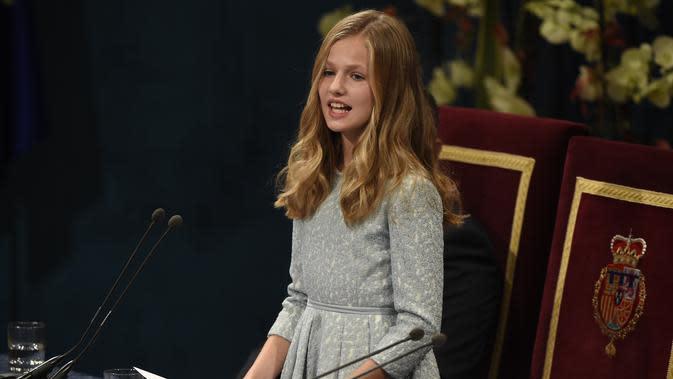 Putri Leonor dari Spanyol, Putri Asturias, memberikan pidato resmi pertamanya pada upacara Princess of Asturias Awards 2019 di Teater Campoamor di Oviedo, pada 18 Oktober 2019. MIGUEL RIOPA / AFP