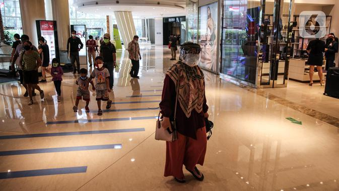 Pengunjung mengenakan pelindung wajah dan masker di Mal Central Park, Jakarta, Senin (15/6/2020). Setelah beberapa bulan ditutup akibat Covid-19, Senin (15/6) ini, Pemprov DKI mengizinkan sekitar 80 mal atau pusat perbelanjaan untuk beraktivitas kembali. (Liputan6.com/Faizal Fanani)