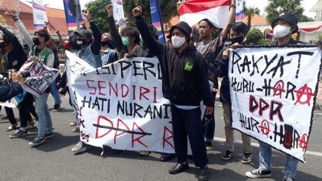 Polda Jatim Lepas 620 Demonstran Omnibus Law, 14 Jadi Tersangka