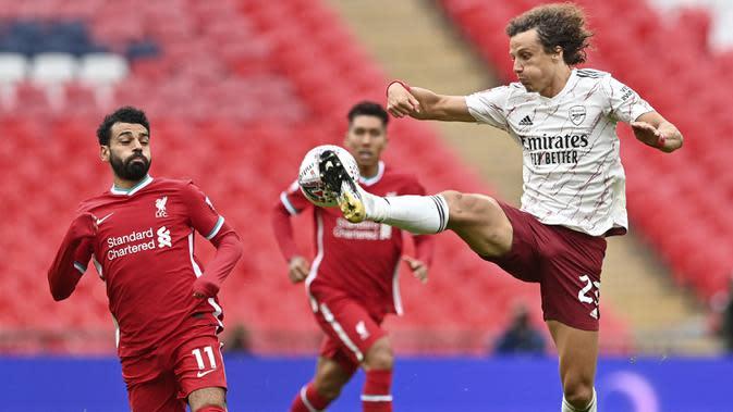 Bek Arsenal, David Luiz, berebut bola dengan penyerang Liverpool, Mohamed Salah, pada laga Community Shield 2020 di Stadion Wembley, Sabtu (29/8/2020) malam WIB. Arsenal menang 5-4 atas Liverpool lewat adu penalti. (Justin Tallis/Pool via AP)