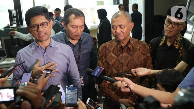 Pimpinan KPK periode 2015–2019, Laode M Syarif (kiri), Saut Situmorang dan Agus Rahardjo bersama Koalisi Masyarakat Sipil Antikorupsi jelang mendaftarkan pengajuan judicial review UU Nomor 19 Tahun 2019 tentang KPK di Gedung MK, Jakarta, Rabu (20/11/2019). (Liputan6.com/Helmi Fithriansyah)
