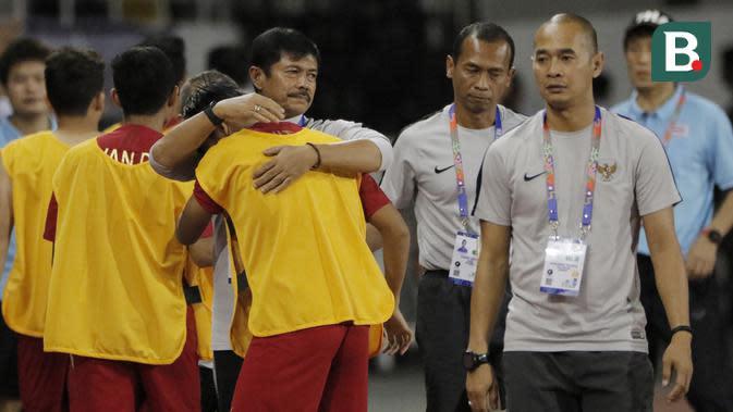 Pelatih Timnas Indonesia U-22, Indra Sjafri, setelah timnya menang atas Thailand 2-0 di Stadion Rizal Memorial, Manila, Selasa (26/11/2019). (Bola.com/Muhammad Iqbal Ichsan)