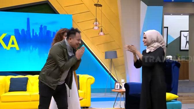 Perempuan dua orang anak itu menceritakan pertemuannya dengan Raffi saat sama-sama mengisi acara Extravaganza ABG bersama, Laudya Chintya Bella, dan Nia Ramadhani. Gigi sesekali menjadi bintang tamu dalam acara tersebut. (Youtube/Trans7 Official)