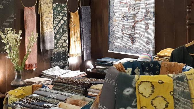 Sederet batik karya pembatik muda dari Sleman, Yogyakarta, Nuri Ningsih Hidayati yang ditampilkan lewat merek batik yang ia dirikan, Marenggo Natural Dyes Batik. (dok. Instagram @marenggo_batik/https://www.instagram.com/p/B0NIEt2Ak3D/)