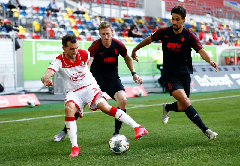 Duesseldorf draw with Augsburg, stay on course for playoff