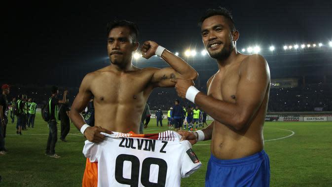 Keduanya menepikan rivalitas Persib dan Borneo FC begitu wasit meniup peluit tanda pertandingan berakhir.