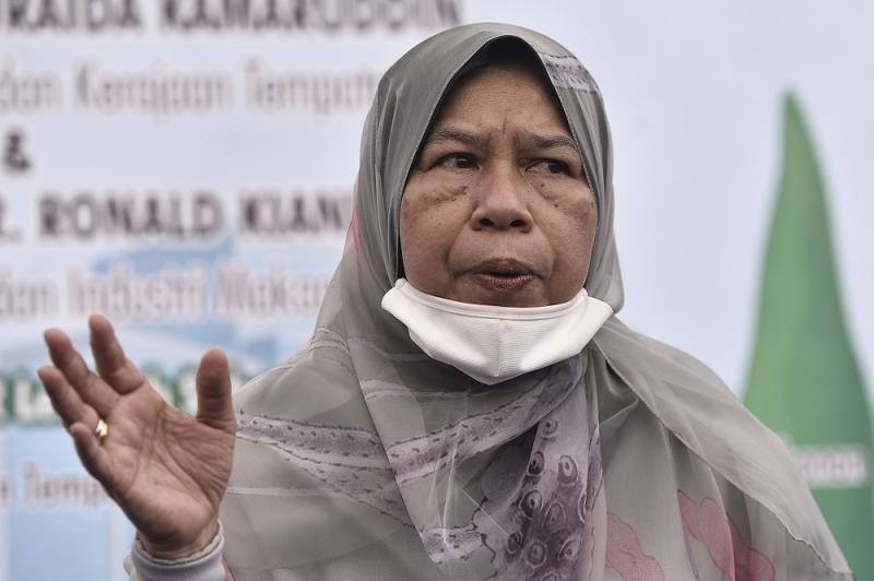 Housing and Local Government Minister Zuraida Kamaruddin speaks to reporters after launching her ministry's community garden pilot project at the Lembah Subang PPR flats in Kuala Lumpur August 15, 2020. ― Picture by Miera Miera Zulyana