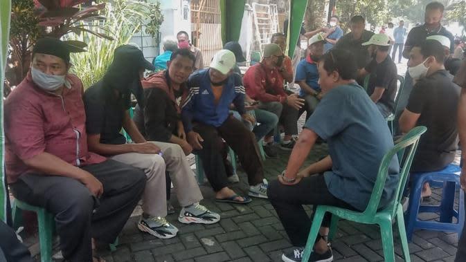 Eks Pemain Arema berkumpul di rumah duka Mahdi Haris, Sabtu (20/6/2020). (Bola.com/Iwan Setiawan)