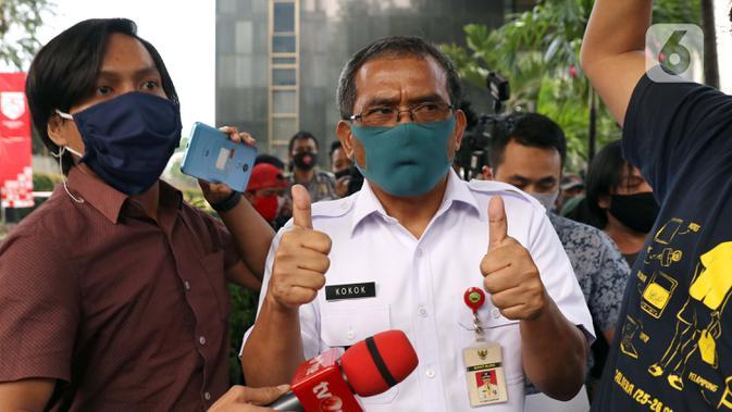 Bupati Blora, Djoko Nugroho (tengah) keluar dari gedung KPK usai menjalani pemeriksaan, Jakarta, Kamis (6/8/2020). Djoko Nugroho diperiksa sebagai saksi dalam kasus dugaan suap terkait kegiatan penjualan dan pemasaran pada PT Dirgantara Indonesia Tahun 2007-2017. (Liputan6.com/Helmi Fithriansyah)