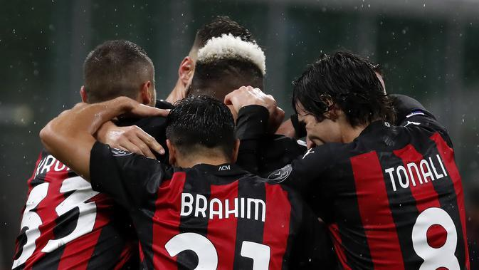 Pemain AC Milan merayakan gol rekan setimnya Rafael Leao melawan Spezia pada pertandingan sepak bola Serie A antara AC Milan dan Spezia di stadion San Siro, di Milan, Italia, Minggu, 4 Oktober 2020. (AP Photo / Antonio Calanni)