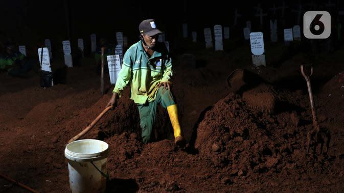 Petugas menyiapkan pemakaman protokol COVID-19 di TPU Pondok Ranggon, Jakarta, Kamis (24/9/2020). Berdasarkan data Kamis (24/9), ada penambahan 4.634 kasus baru sehingga jumlah kasus Covid-19 di Indonesia mencapai 262.022 orang, sembuh 191.853, meninggal 10.105. (Liputan6.com/Helmi Fithriansyah)