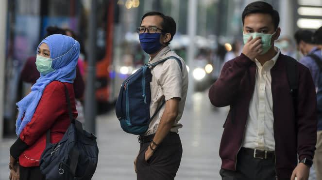 Warga pakai masker antisipasi penyebaran virus Corona.
