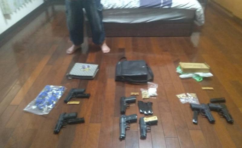 ▲雲林檢警在楊嫌胞兄住宅中查獲大量改造槍械。(圖/記者蘇榮泉翻攝,2020.06.04)
