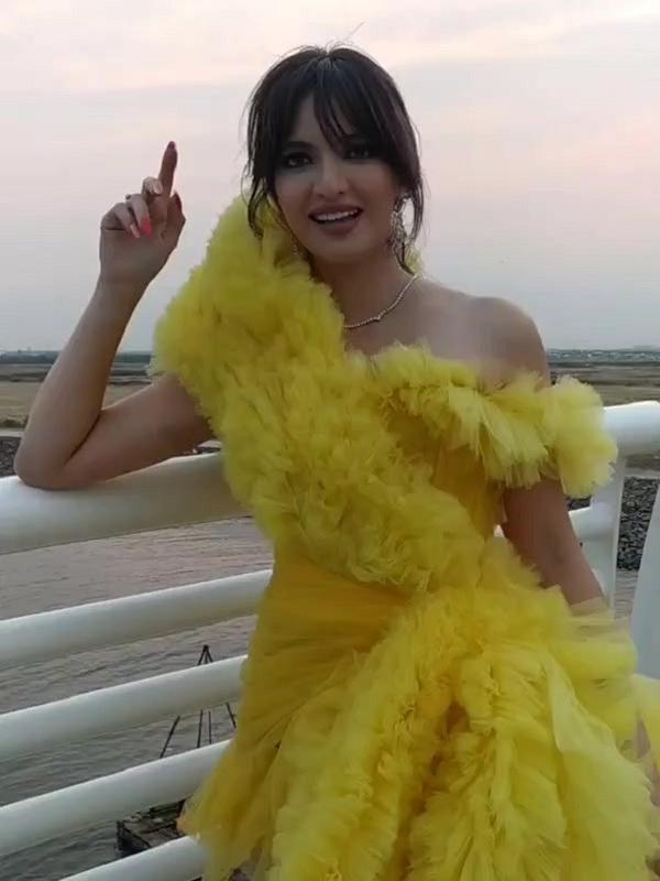 Nia Ramadhani mengenakan dress kuning sambil berdiri di pinggir jembatan (Dok.Instagram/@niaramadhani_uodate/https://www.instagram.com/p/CFPSJapn9Hf/Komarudin)