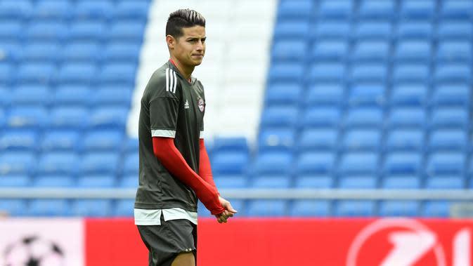 Gelandang Bayern Munchen, James Rodriguez mengikuti latihan di Stadion Santiago Bernabeu di Madrid (30/4). Pada leg pertama Munchen takluk atas Madrid 2-1 di Allianz Arena, Jerman. (AFP Photo/Christof Stache)