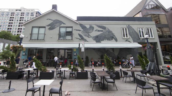 Mural terlihat di dinding restoran dalam acara Yorkville Murals 2020 di Toronto (29/8/2020). Dengan karya mural artistik dan implementasi aktivasi budaya, acara tahunan ini dimulai Jumat (28/8) hingga Minggu (30/8) sebagai perayaan seni publik dan gerakan mural kontemporer. (Xinhua/Zou Zheng)