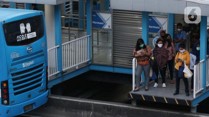 Warga menunggu bus di halte transjakarta Harmoni, Jakarta, Kamis (1/10/2020). Pemberlakuan PSBB II berdampak pada menurunya pengguna transjakarta, pada minggu kedua penerapan PSBB II, 21-27 September 2020 lalu jumlah penumpang transjakarta tercatat 1.679.837. (Liputan6.com/Helmi Fithriansyah)