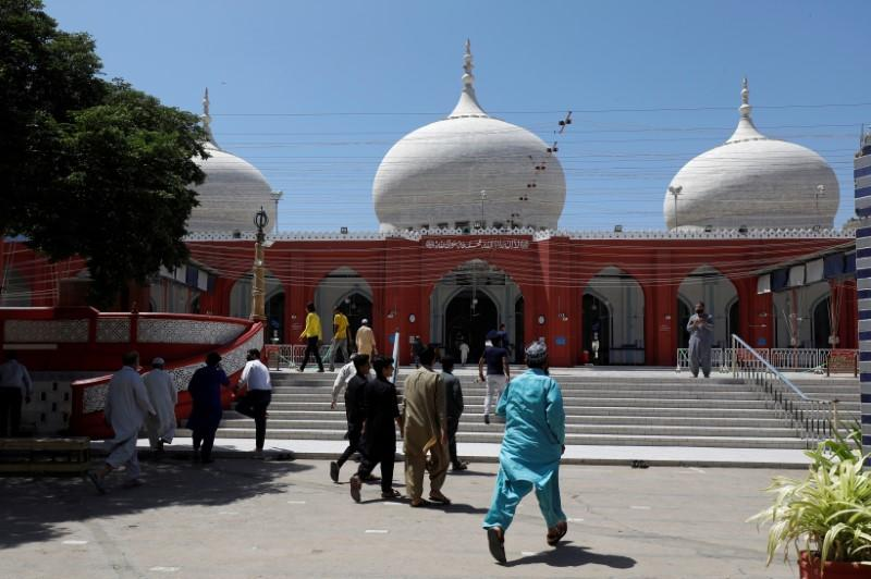 Pakistan struggles to limit Islamic prayers to stem coronavirus