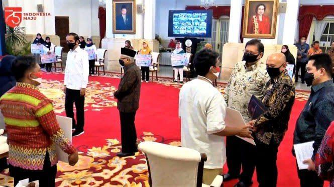 Salurkan Bantuan UMKM Rp2,4 Juta, Jokowi:Jangan Dipakai Konsumtif
