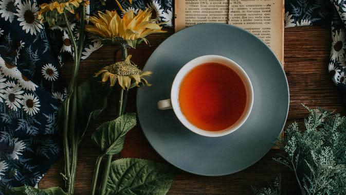Ilustrasi minum teh | Photo by Loverna Journey on Unsplash