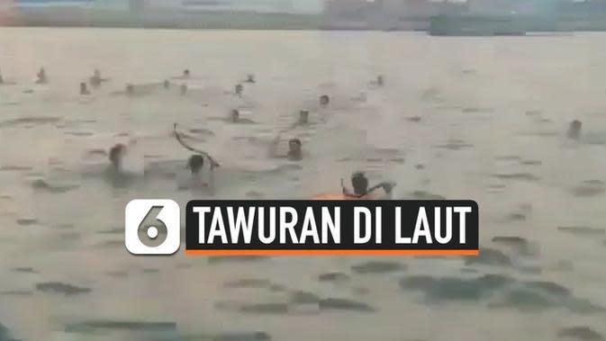 VIDEO: Viral Tawuran dengan Senjata Tajam di Laut