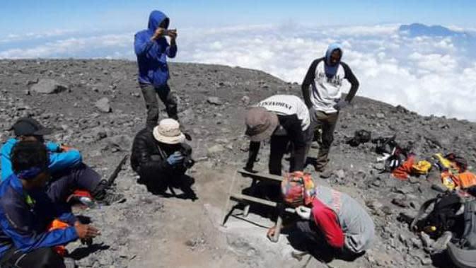 Mengenang Perjuangan Soe Hok Gie dari Prasasti di Gerbang Puncak Gunung Semeru